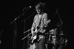 Héloïse à la guitare électrique