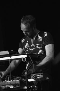 Sébastien aux claviers, q-chord, stylophone...